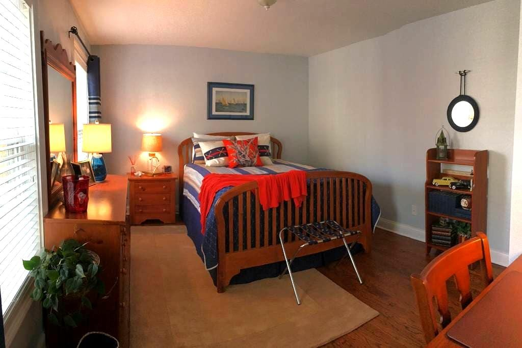 1 or 2 Private Rooms w/Elevator Near Beach - Stamford - Hus