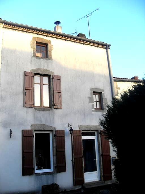 la maison de l'ecureuil - Saint-Laurent-sur-Sèvre - Rumah