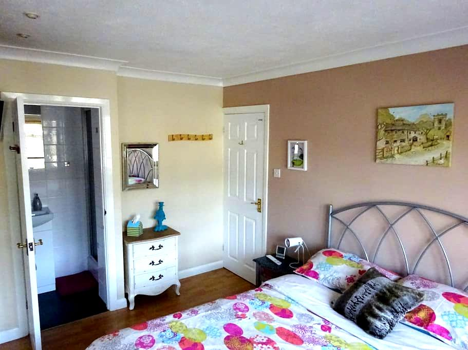 Double bedroom with en suite, Camberley, Surrey - Frimley Green - House