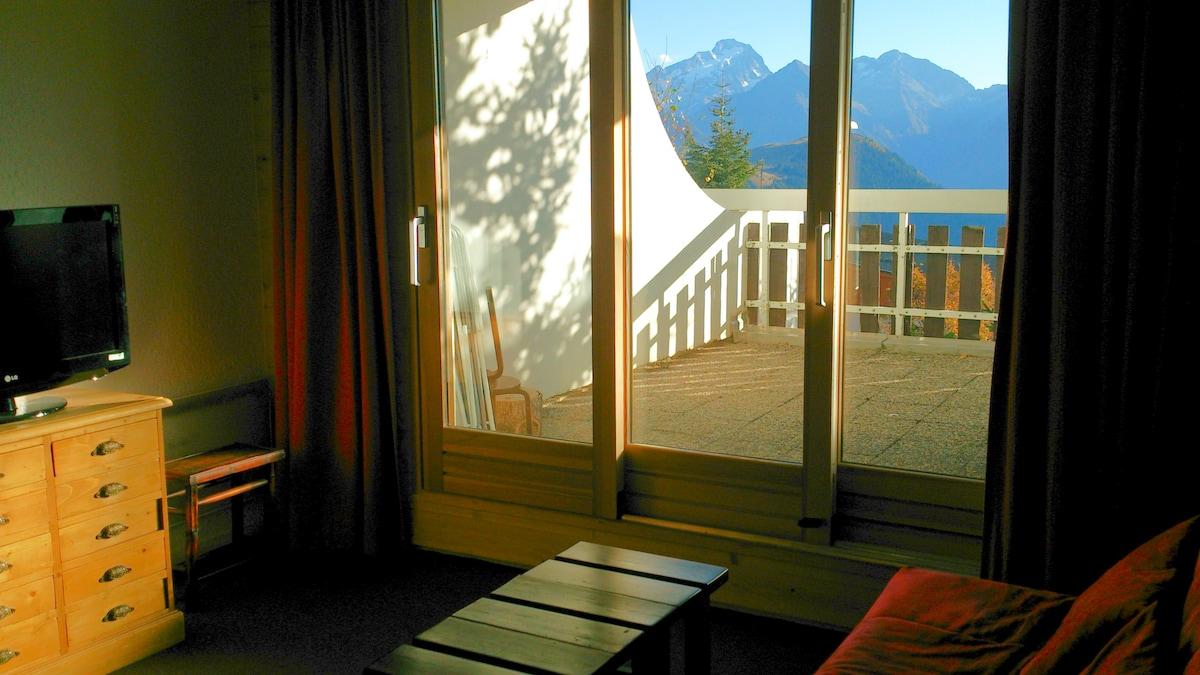 Séjour donnant sur terrasse, plein sud, vue montagne