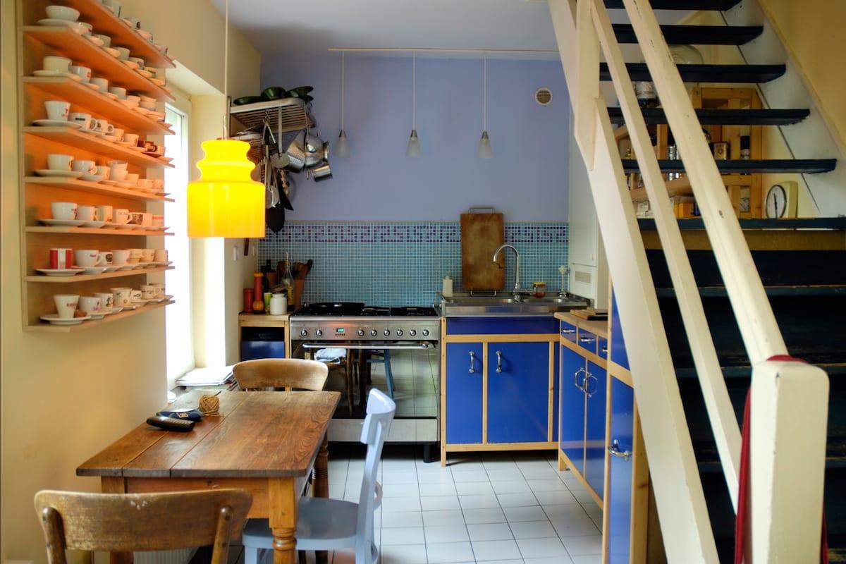 Kitchen, Küche mit Gasher, Spülmaschine, Kühlschrank usw.