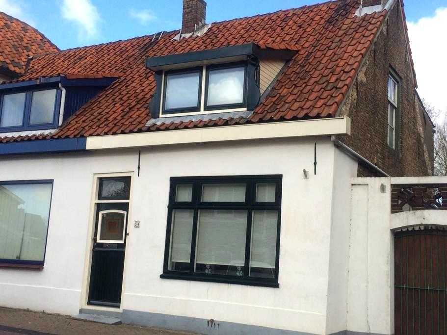 Cozy villagehouse 65 euro - Rockanje - Haus