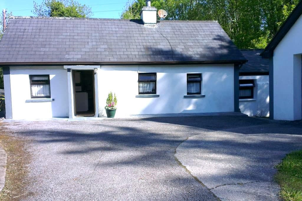 Secluded cottage on 2 acres of land - Caherlistrane - Bungalow