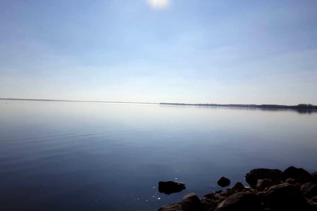 {{..Comfy & Calming Lake House..}}Set on Lake Kosh - Fort Atkinson