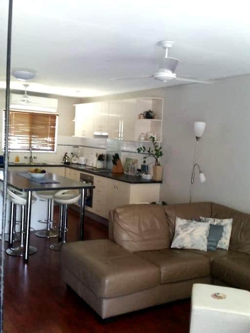 Cheap Cool and Convenient Self-contained Townhouse - Mackay