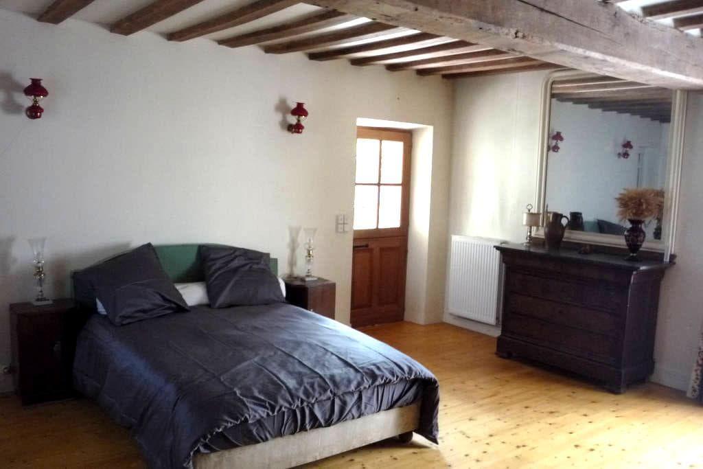 Chambre dans ferme du XVIIIe - Lignerolles - Casa