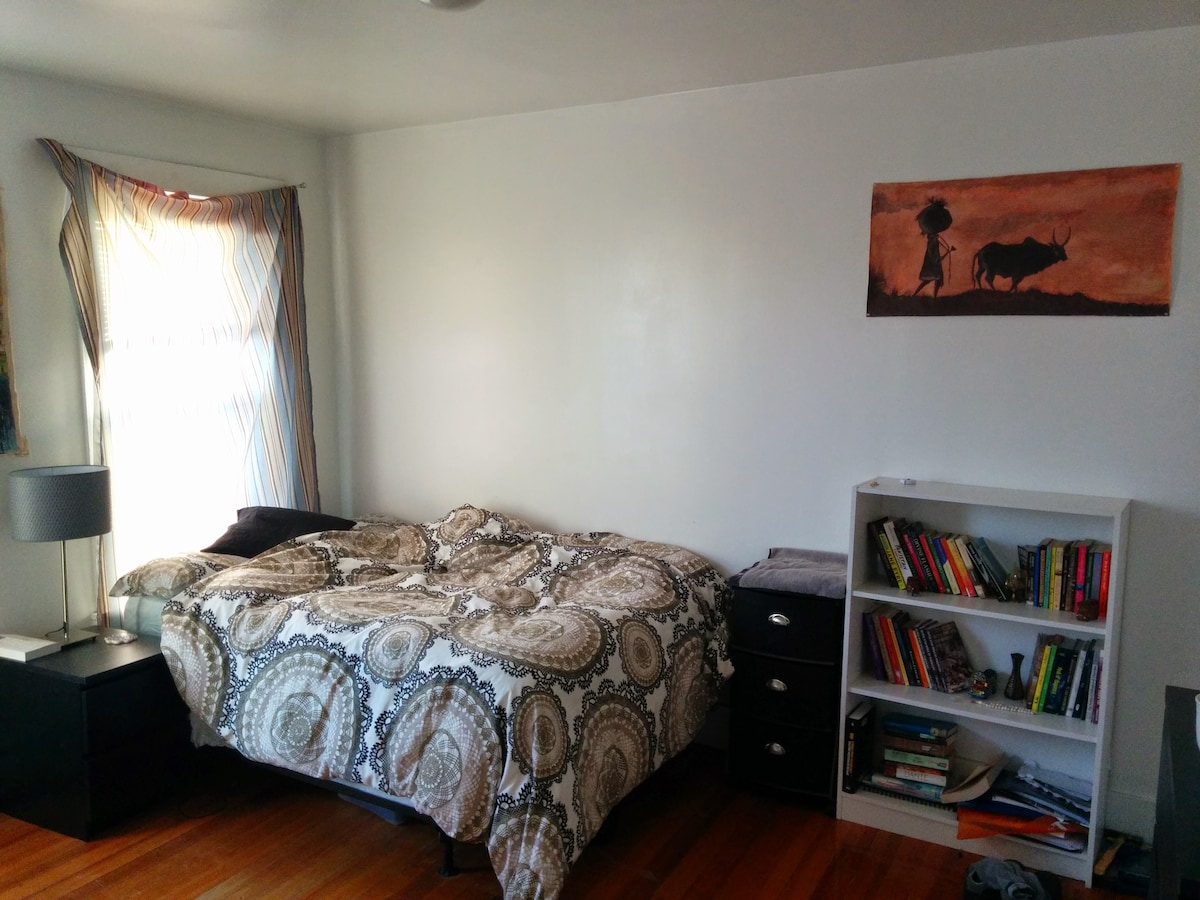 Room in apt b/w Harvard & Central