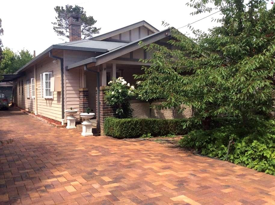 Rowen Tree Cottage - Armidale  - House