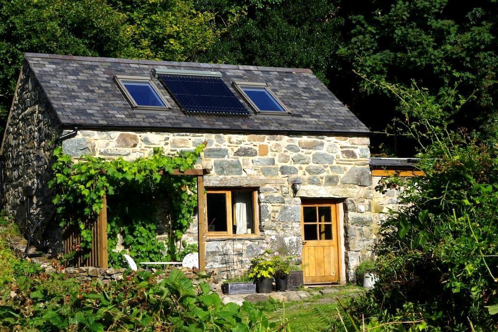 'Beudy Bach' converted barn - Llanbedr - House
