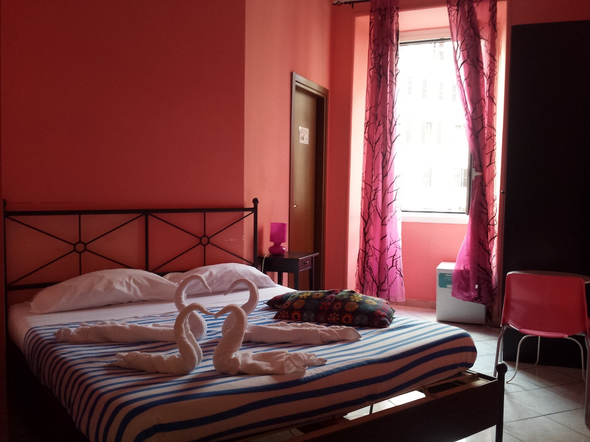 "Double room ""S. Pietro"", bed and window"