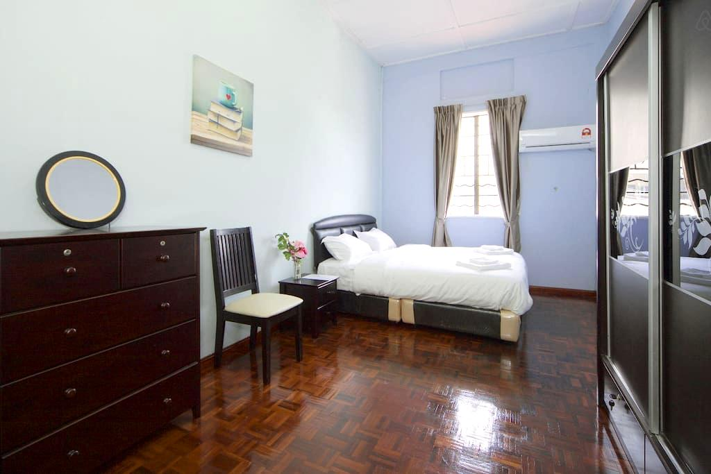 Beach/Airport/Cafe Experiences house - King Bed - Kota Kinabalu - Oda + Kahvaltı