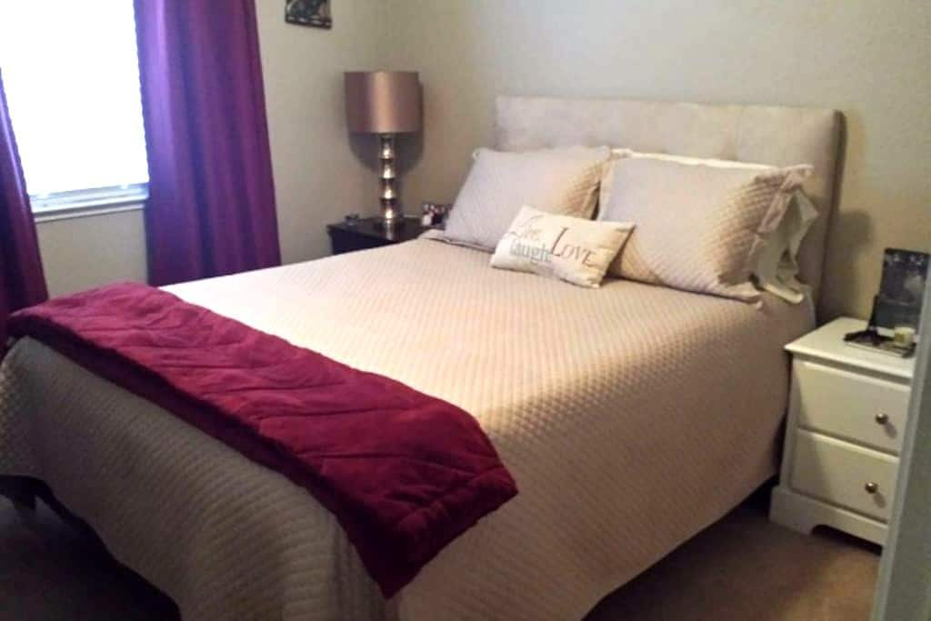 Private Room with queen bed. - Yuba City