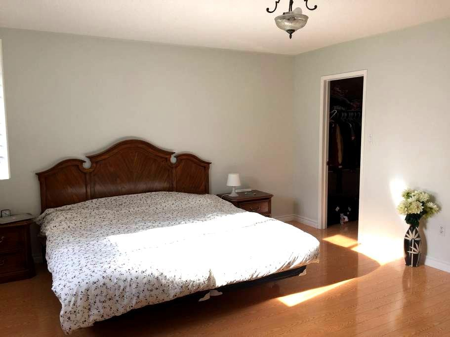 Master bedroom, King Size Bed, Individual Bathroom - Vaughan - House