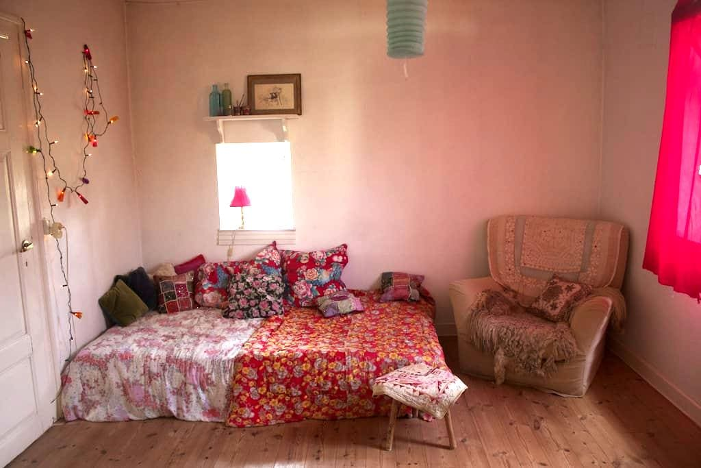 The cosy Redroom! (breakfast included) - Stege - Penzion (B&B)