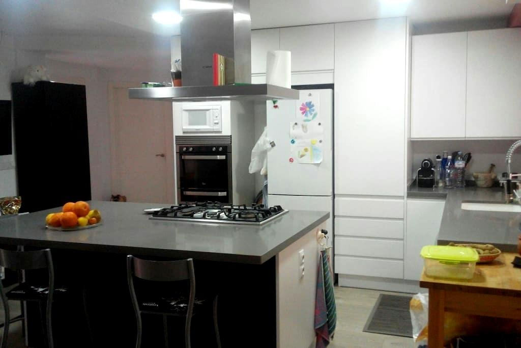 Double room with private bathroom close to metro - Almàssera - Apartament