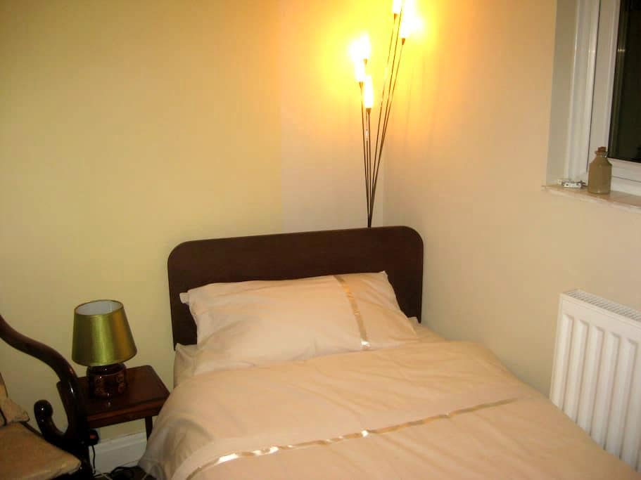 Bijou room in quiet house - Honiton - Talo