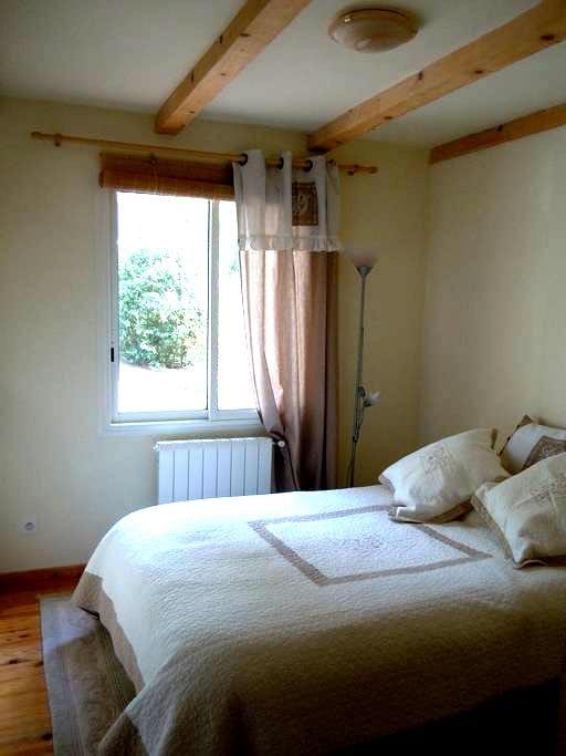 Petite chambre double ,  salle d'eau, accès privé. - La Bouilladisse - Lägenhet