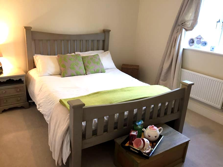 A spacious lovely double room - Bugbrooke - Casa