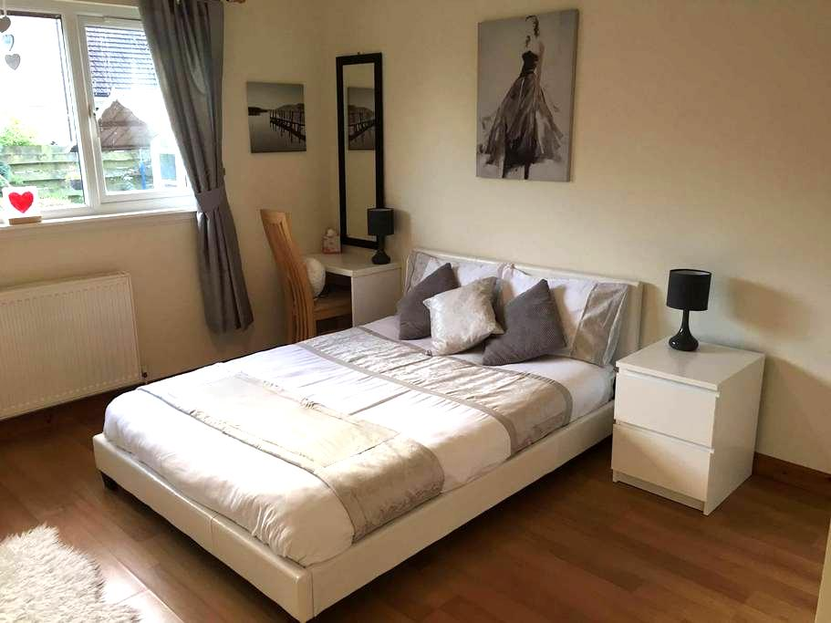 Private room in large cosy home + light breakfast! - Alyth - 一軒家