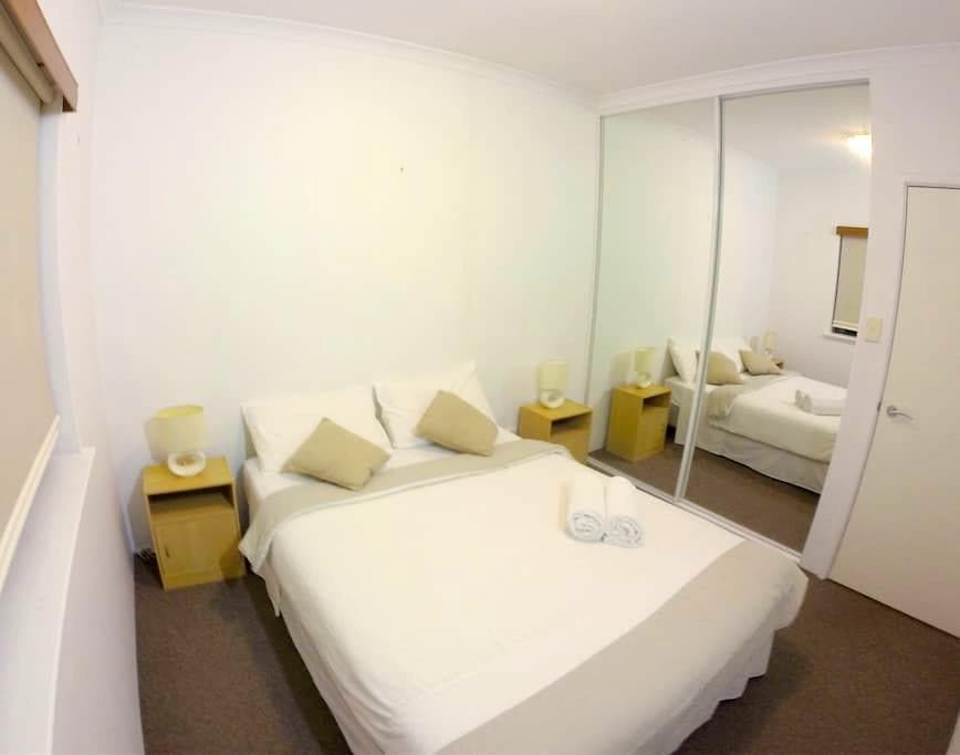 Perfect Location w/ Private Bathroom - Pool/Bbq - West Perth - Lägenhet