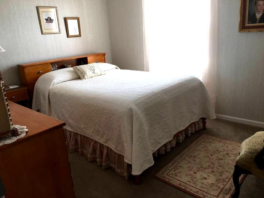 Comfy Bedroom - Quiet Country (1 of 2 avail rooms) - Kirksville