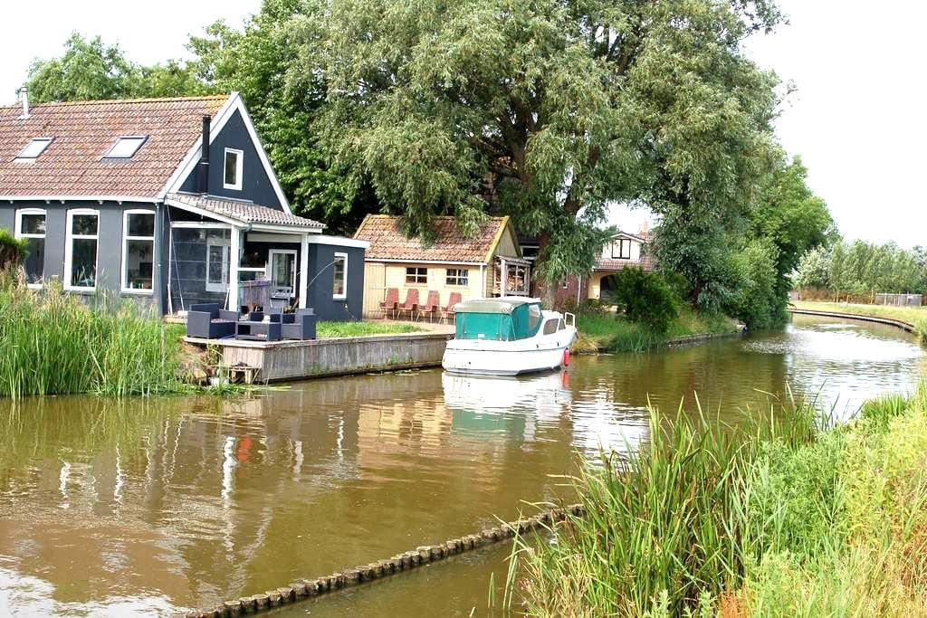 Gezellig huis direct aan het water - Finkum - Casa