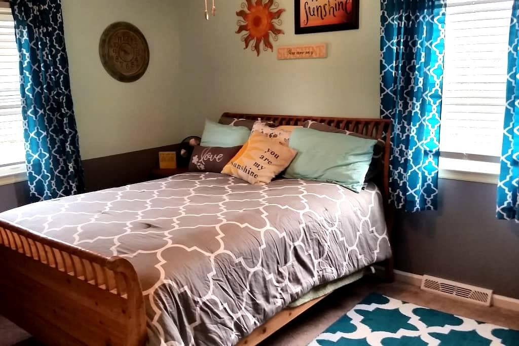Comfortable  bedroom in friendly 2 story home. - Lynchburg - Hus