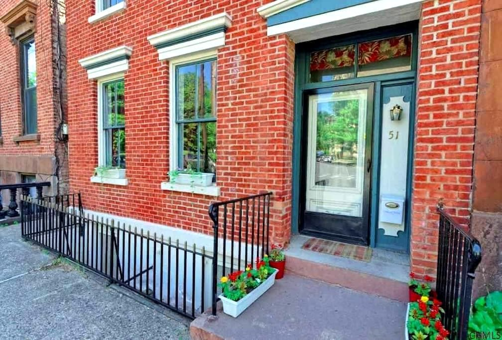 Nice size bedroom with  WIFI in a Historic Brick - Albany - House