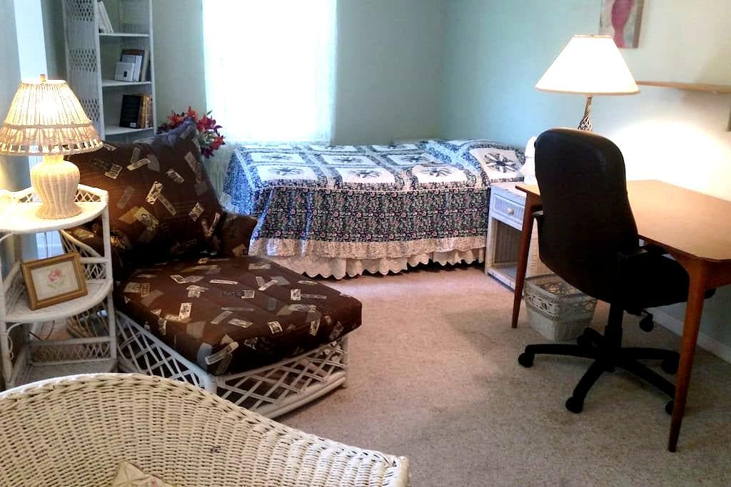 Charming, large, sunny, queen bedroom; nice hosts - Bedminster Township - Casa