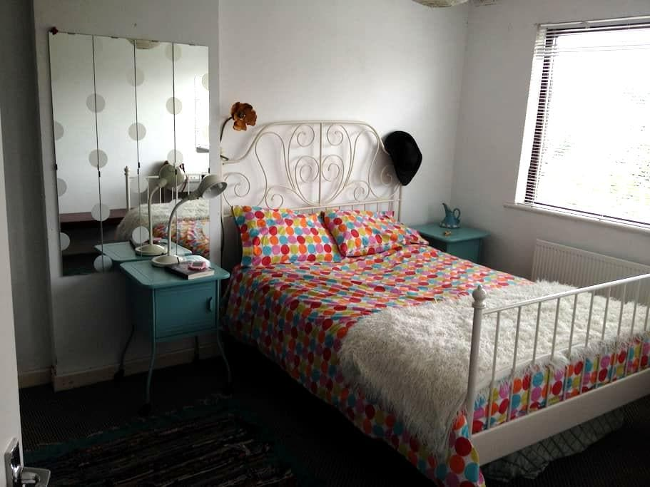 Bright double room in quirky house beside Main St - Newbridge - Muu