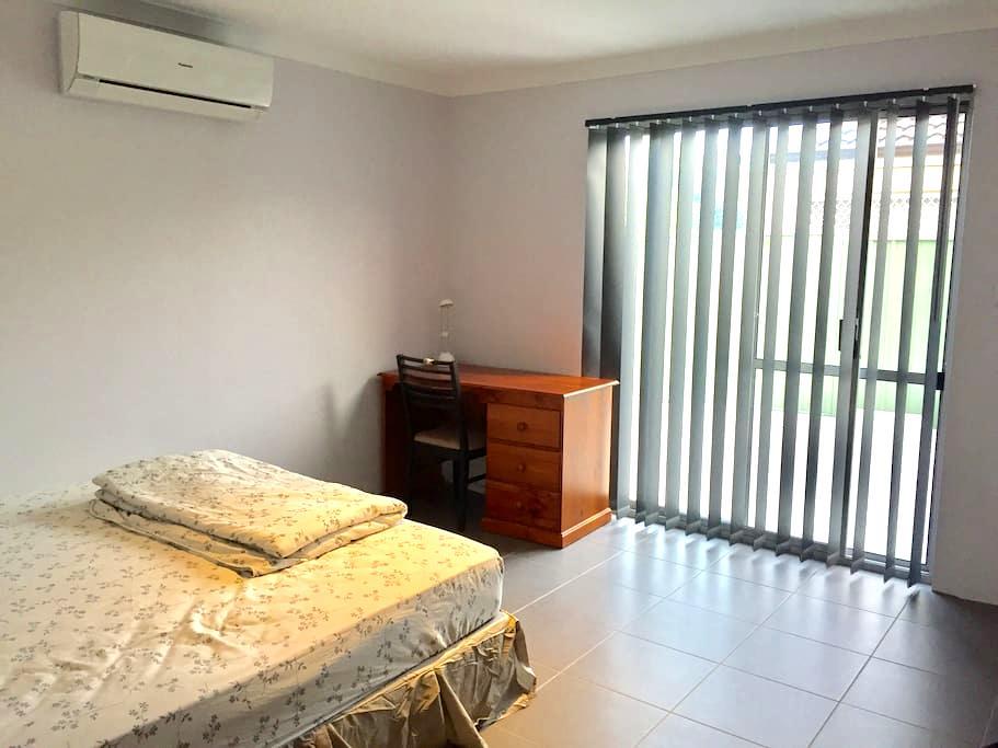 Thornlie Comfy King Bedroom with Ensuite - Thornlie - Rumah