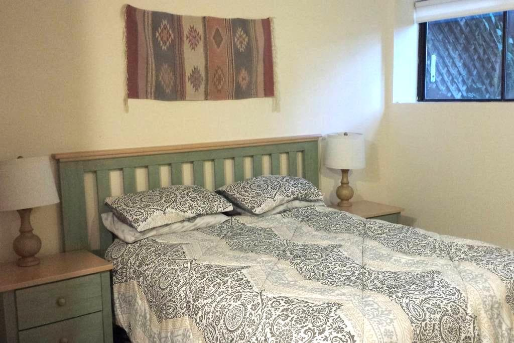 Large bedroom with bath lower level - Boulder - Townhouse