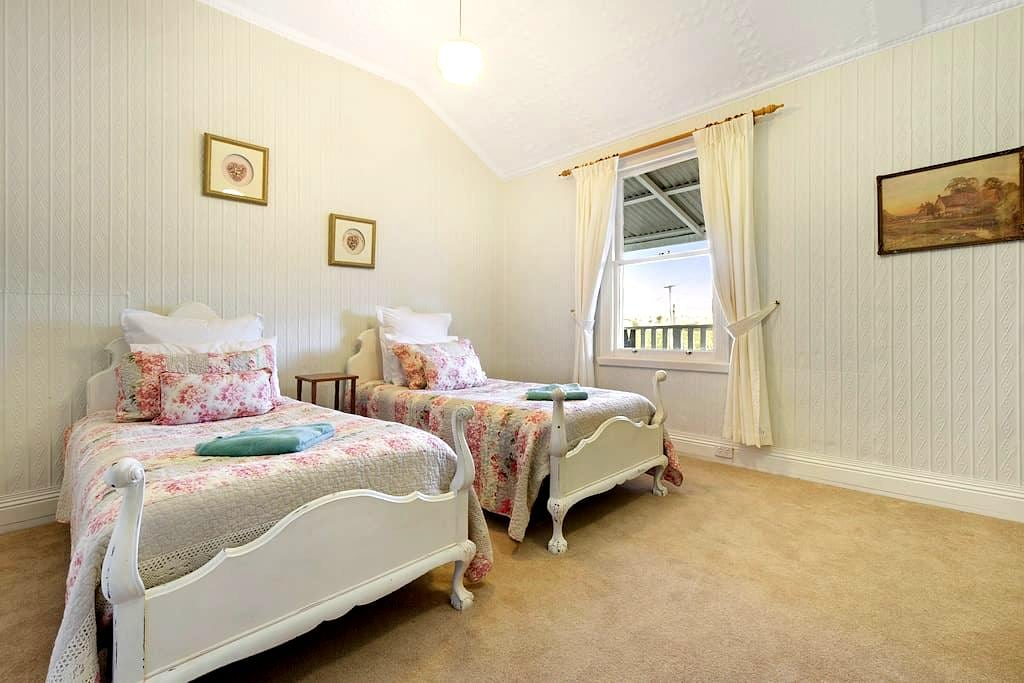 Room  4  The Cheshire Cat - Mole Creek - Guesthouse