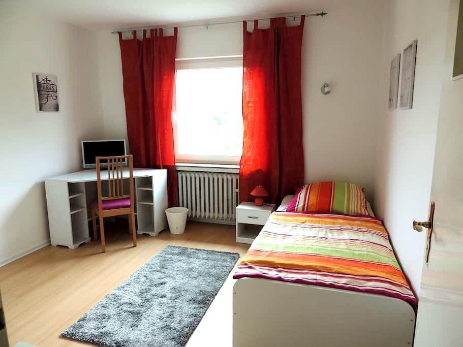 Neues eingerichtetes Einzelzimmer mit TV - Hildesheim