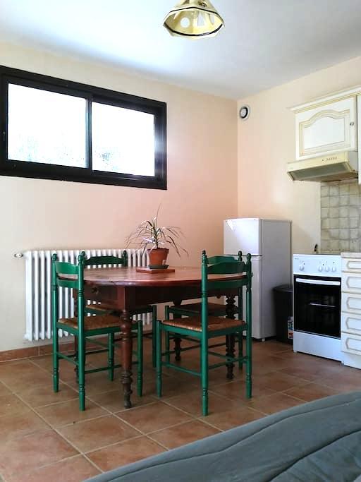 Appartement très calme avec jardin proche d'Alès - Saint-Privat-des-Vieux - อพาร์ทเมนท์