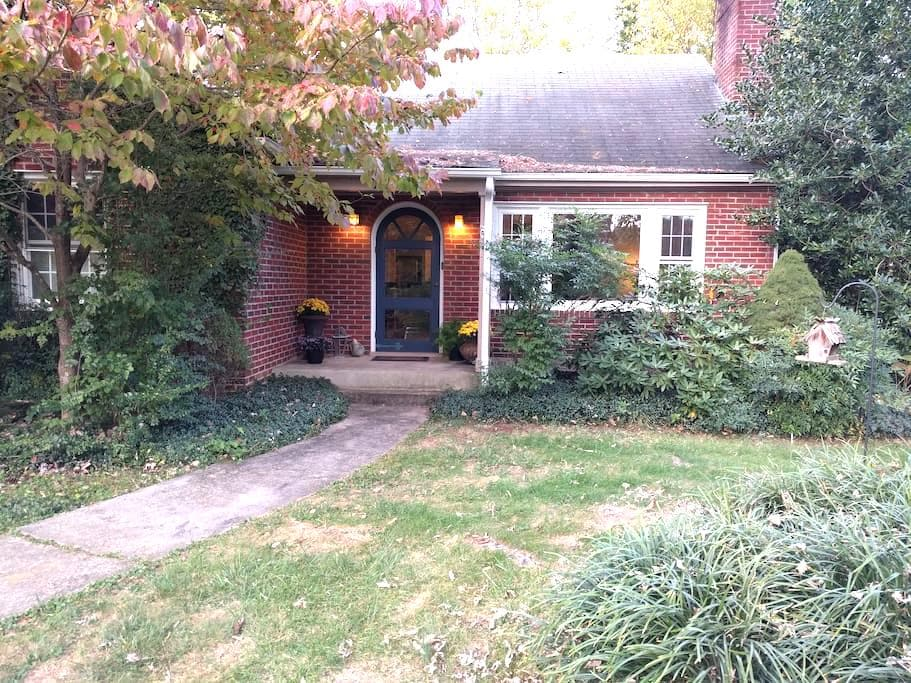 Charming brick cottage near W&L and VMI - Lexington - Rumah