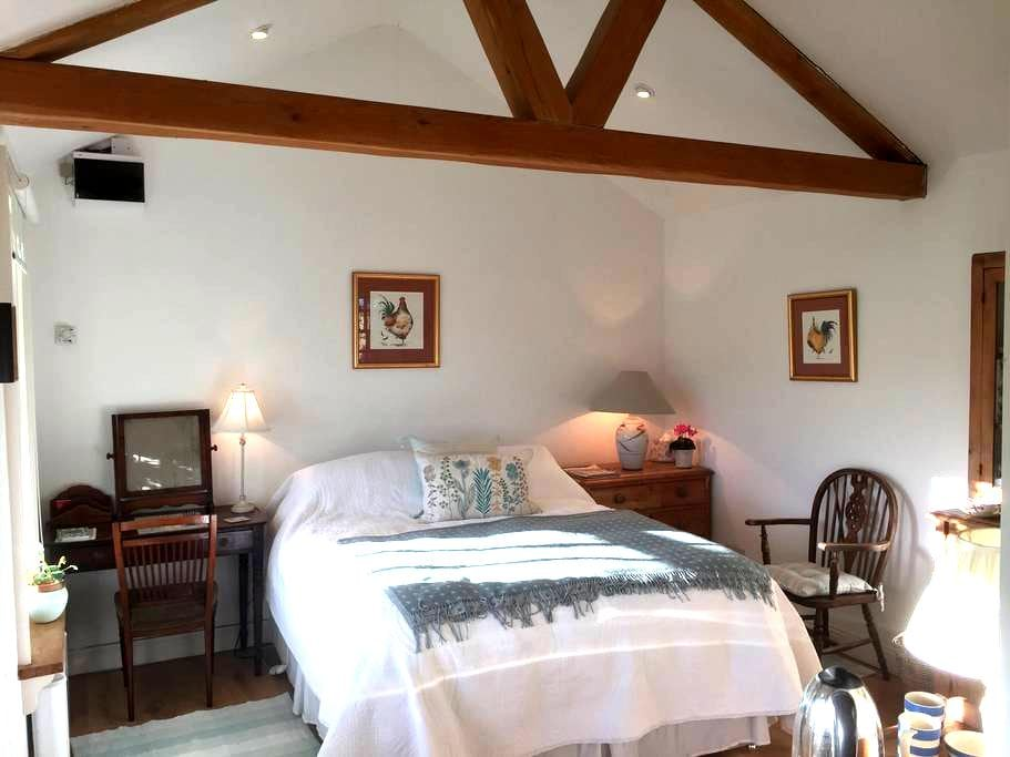 Idyllic self contained double, en suite bedroom - Delgany