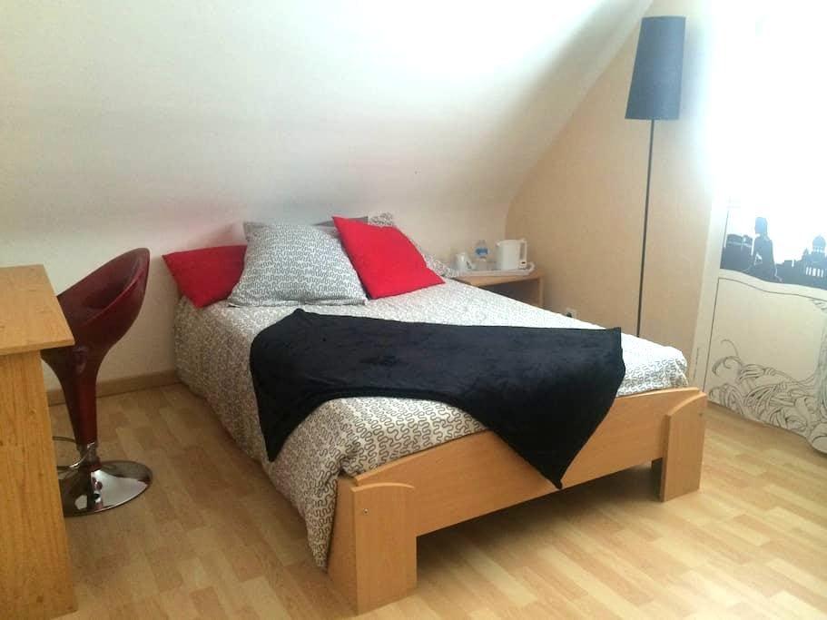 Chambre moderne, maison de bourg. - Plélan-le-Petit - House