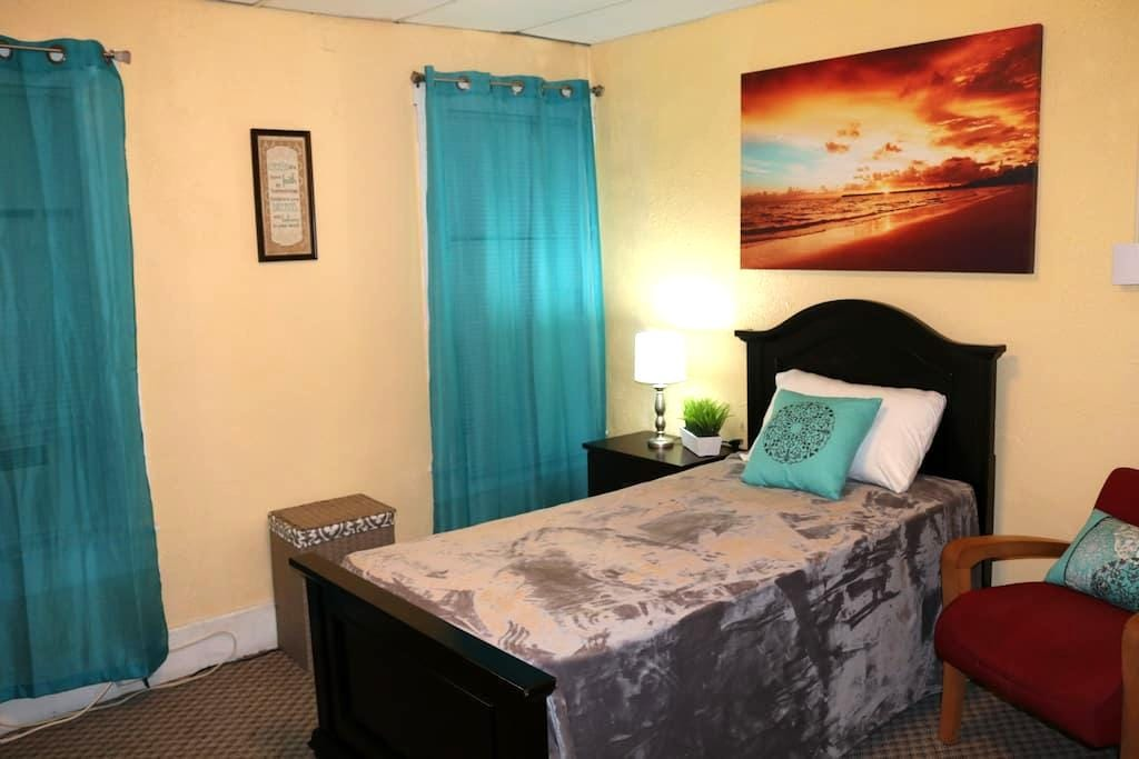Affordable Private Mid Size Cozy Bright Room Faith - Worcester - Appartement