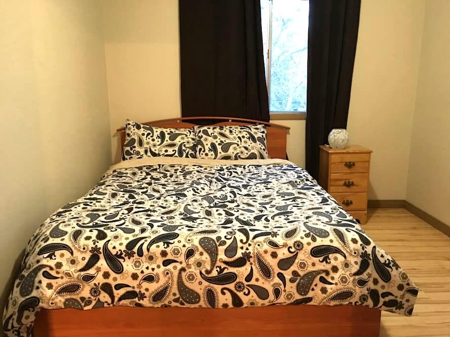Cozy room in Calgary south - Calgary - Rekkehus