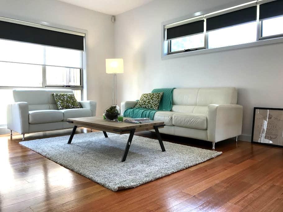 Modern New 3 bedrooms plus study Townhouse - Ringwood East - Complexo de Casas