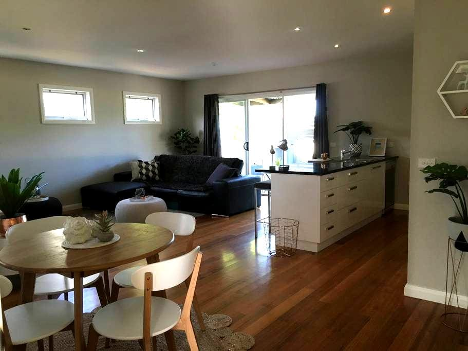 modern, central new townhouse - Portarlington