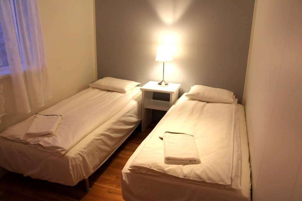 Efra-Sel, room #2 (2 single beds) - Flúðir - 家庭式旅館