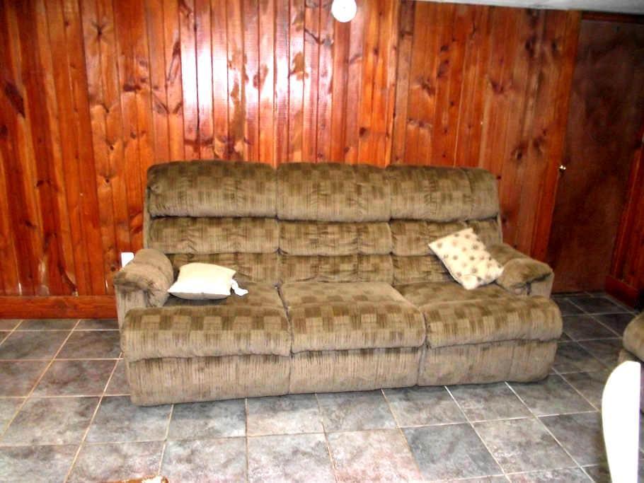 Basement couch - Hyattsville - Dom