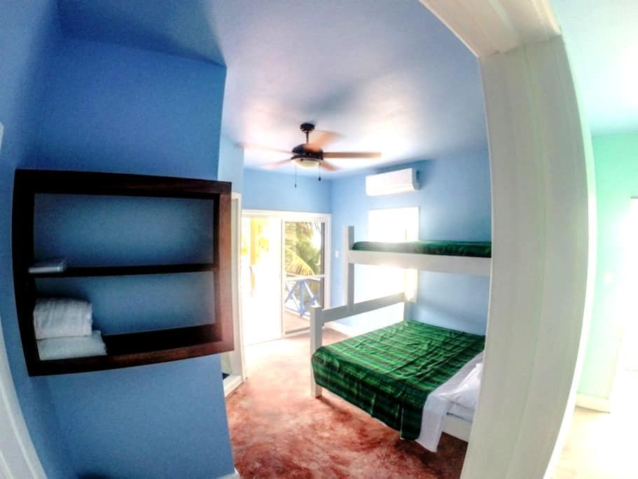 Private Room on Beach at Hostel - San Pedro - Bed & Breakfast