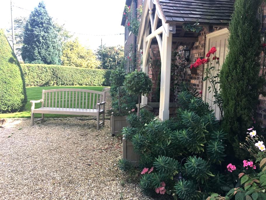 Bright and sunny country cottage. - Stoke-on-Trent - Casa