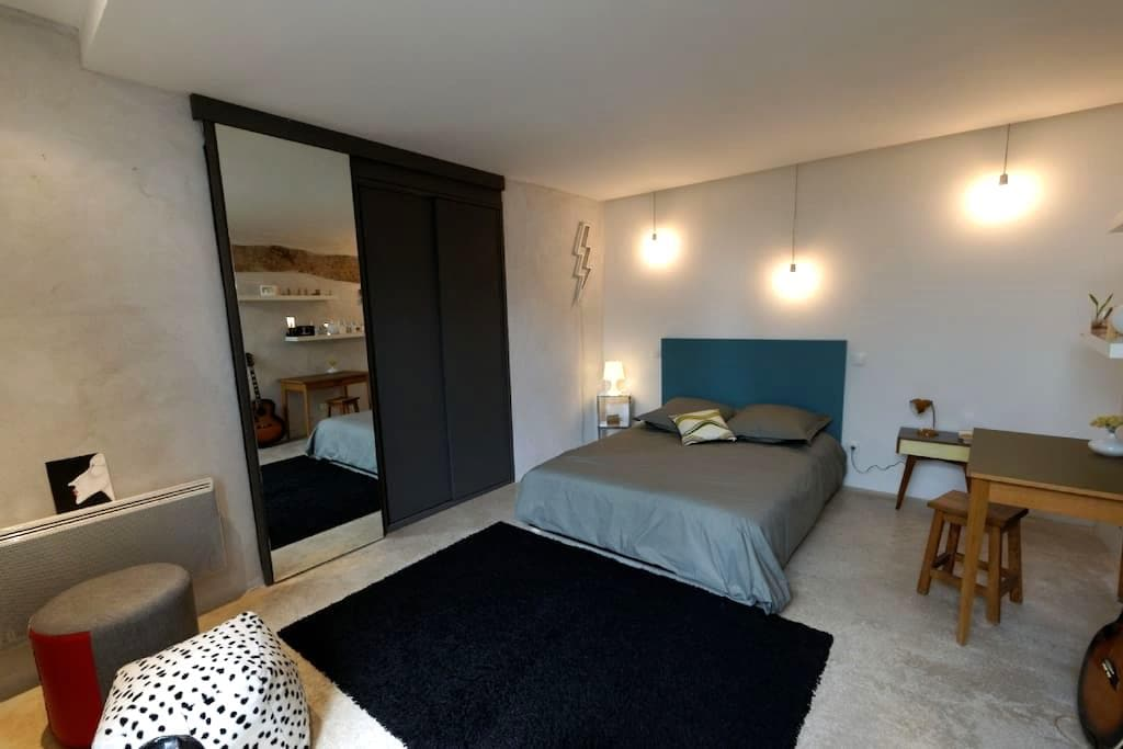 Modern bedroom in watermill house - L'Isle-sur-la-Sorgue - Huis