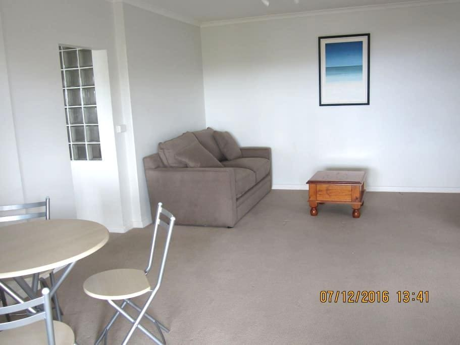 Large private self-contained unit in a modern home - Mount Stuart - Apartment