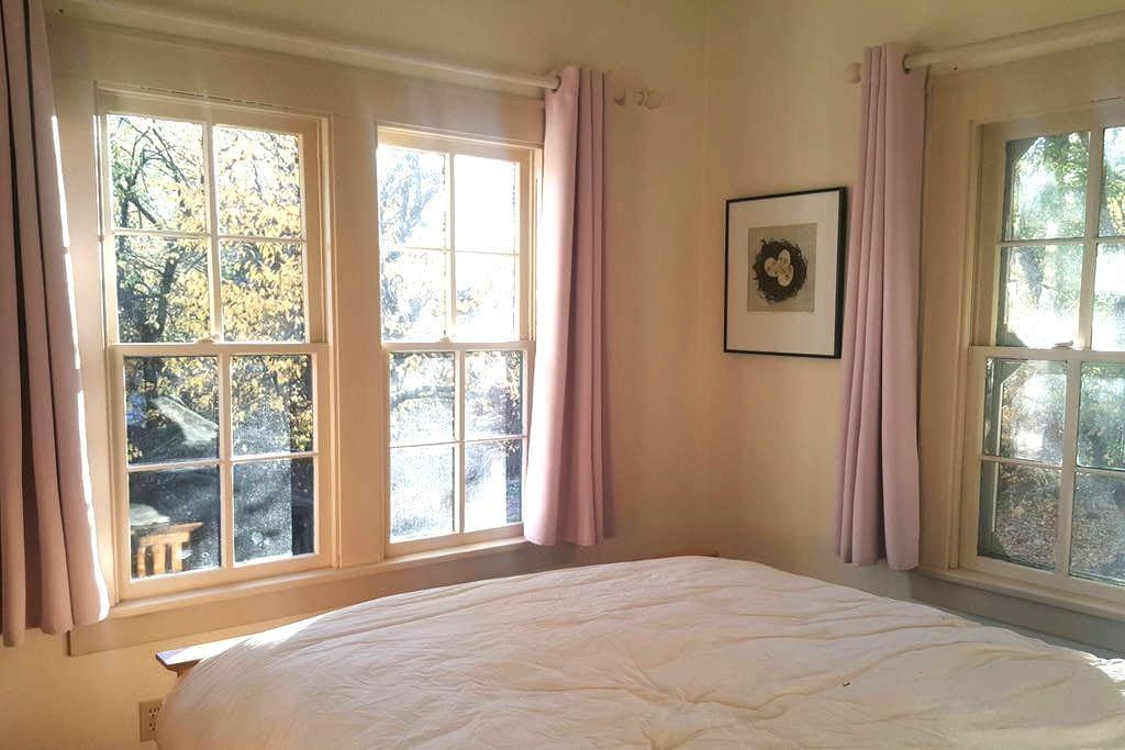 The Fertile Crescent: Plum Room - Paonia - Haus