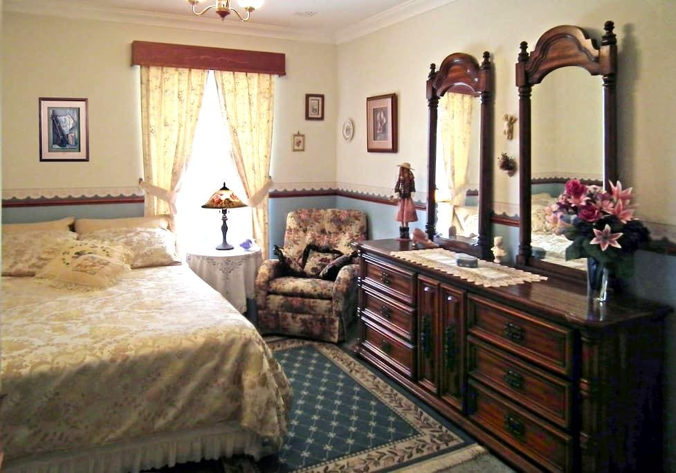 LUXURY  ON  A  BUDGET, ROOM w/USE of ALL Amenities - Hillarys - House